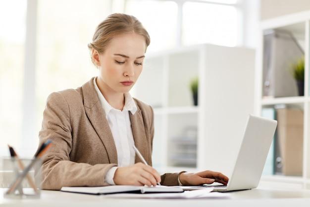 Femme analyste occupée Photo gratuit