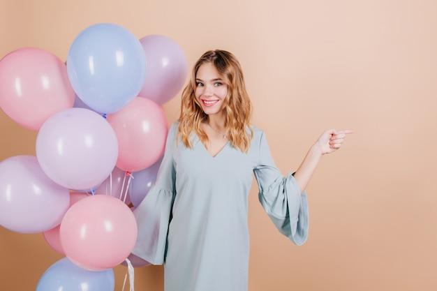 Femme D'anniversaire Blanche Inspirée Posant Avec Des Ballons D'hélium Photo gratuit
