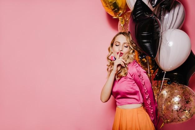 Femme D'anniversaire élégante Posant Sur Un Mur Rose Photo gratuit