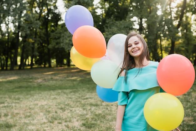 Femme anniversaire vue de face dans le parc Photo gratuit
