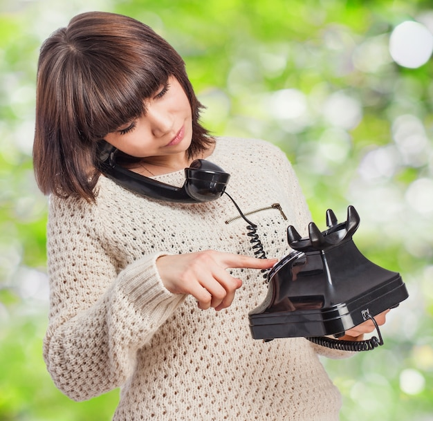 Femme Appel Par Un Téléphone Antique Photo gratuit