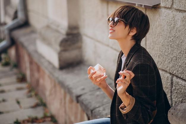 Femme Appliquant Un Parfum Sur Son Cou Photo gratuit