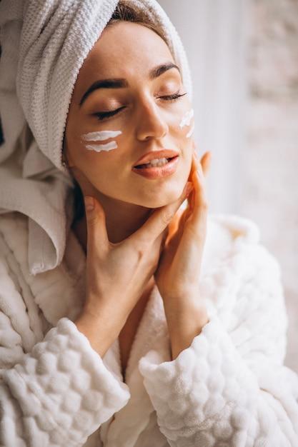 Femme, appliquer, crème visage Photo gratuit