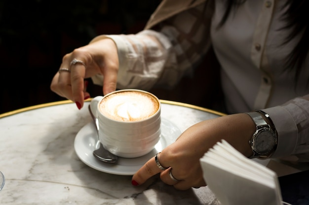 Femme appréciant tasse à cappuccino Photo gratuit