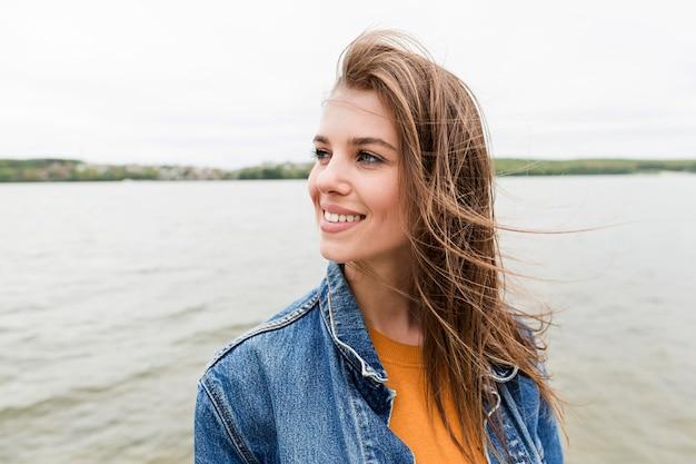 Femme, Apprécier, Temps, Bord Mer Photo Premium