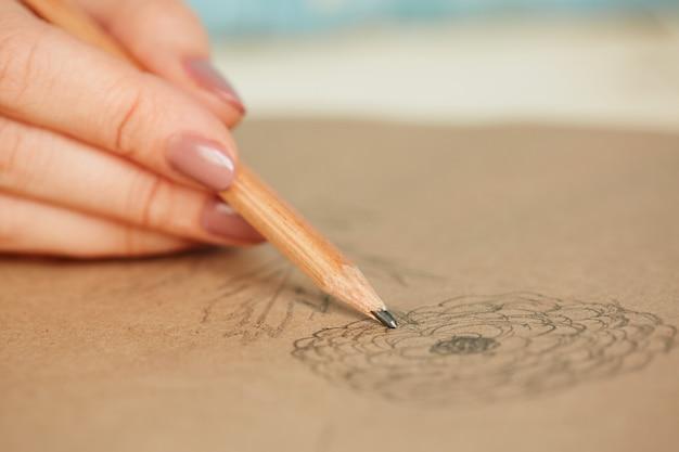 Femme apprenant à dessiner Photo gratuit