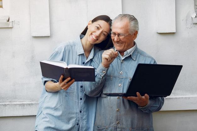 Femme Apprenant à Son Grand-père Comment Utiliser Un Ordinateur Portable Photo gratuit