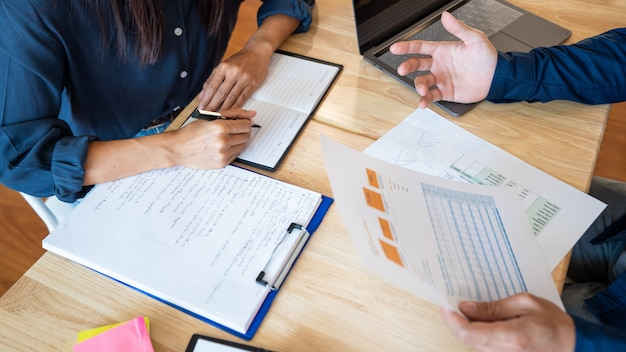 Femme Apprendre Et Enseigner L'éducation Concept Tuteur S'entraider Assis Dans Une Table Dans La Salle De Classe. Photo Premium