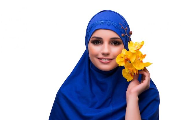 Femme arabe avec fleur d'orchidée isolée on white Photo Premium