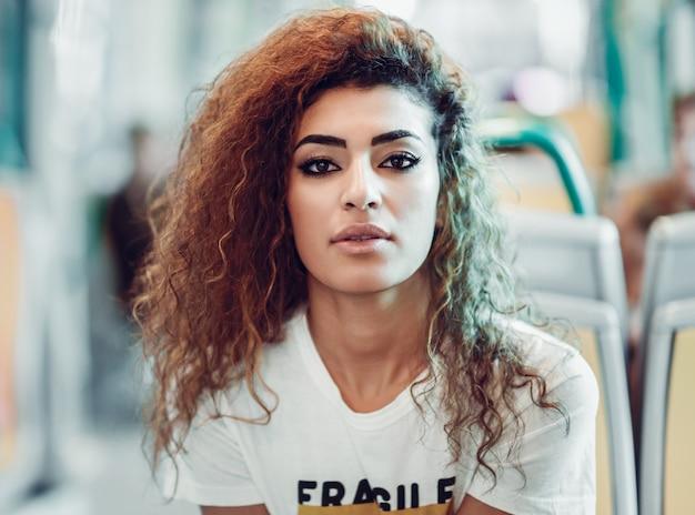 Fille Arabe femme arabe à l'intérieur du train de métro. fille arabe en