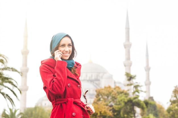 Femme arabe portant le voile devant une mosquée à istanbul Photo Premium