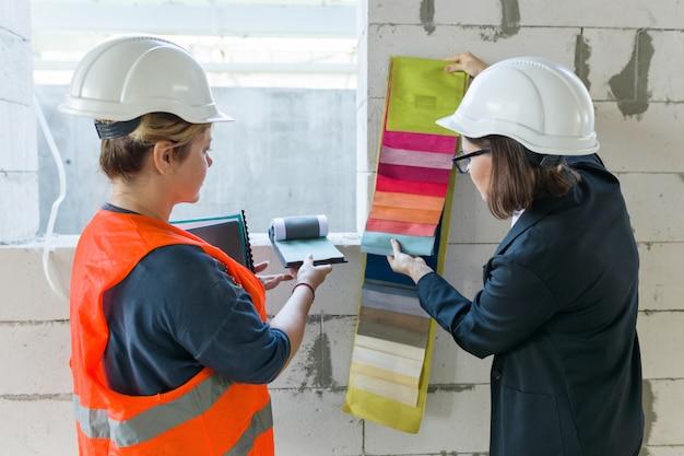 Femme architecte et designer avec des échantillons de tissus Photo Premium