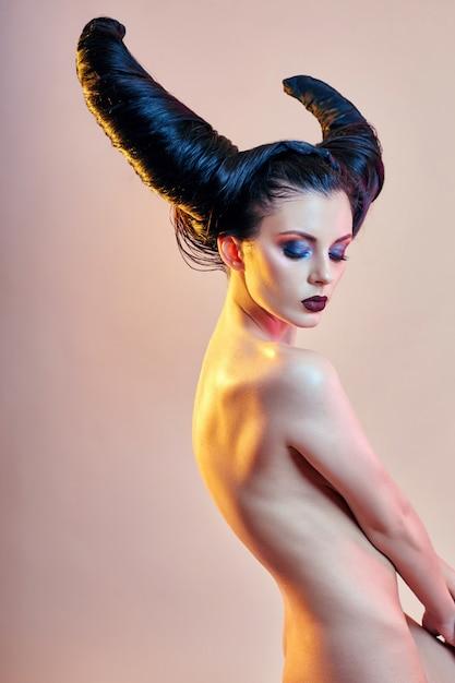 Femme D'art Nu Avec Des Cheveux En Forme De Cornes, Un Démon Féminin Photo Premium