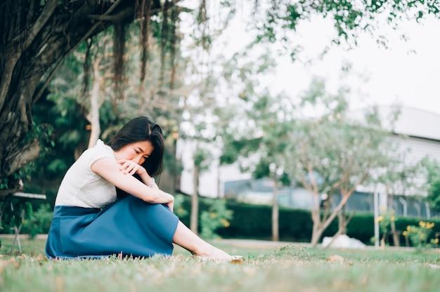 Femme Asiatique Assise Seule Et Déprimée, Portrait De Jeune Femme Fatiguée. La Dépression Photo Premium