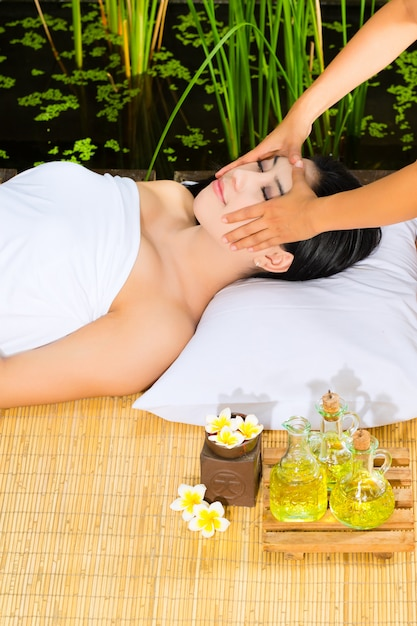 Femme asiatique, avoir, massage, dans, décor tropical Photo Premium