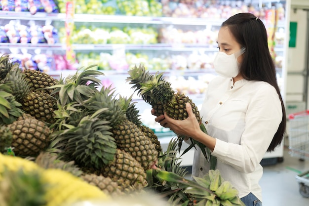 Femme Asiatique Cheveux Longs Portant Un Masque Protecteur Dans Le Grand Magasin De Supermarché Photo Premium