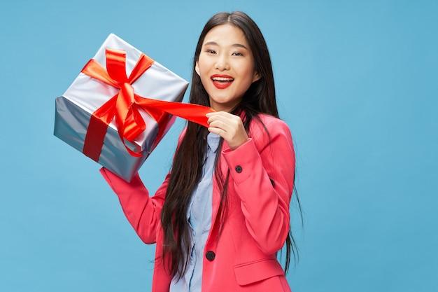 Femme Asiatique Avec Des Coffrets Cadeaux Photo Premium