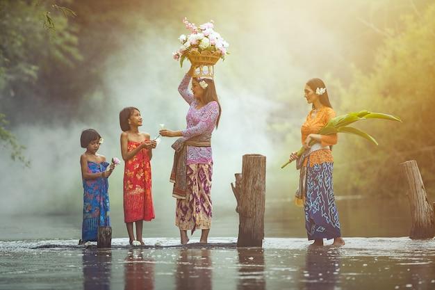 Femme asiatique et culture traditionnelle thaïlandaise Photo Premium