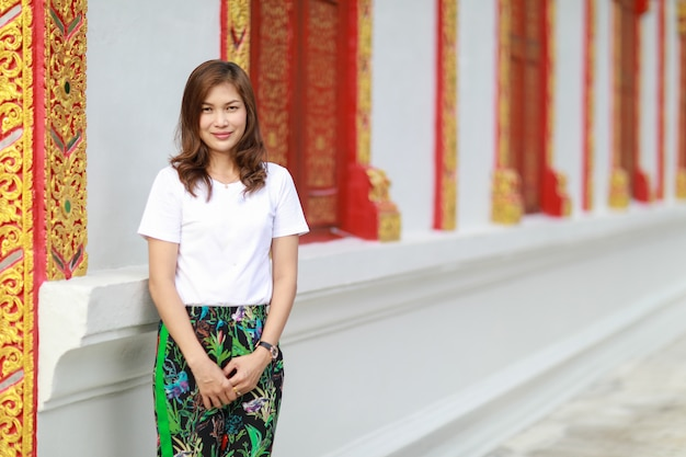 Femme asiatique dans temple thaïlandais Photo Premium
