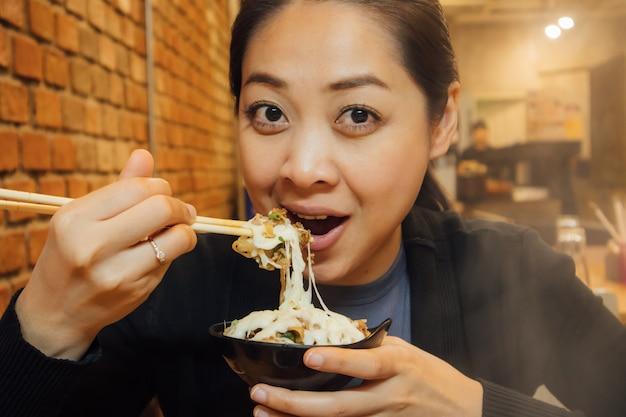 Femme asiatique dîne dans le style shabu pour la saison d'hiver. Photo Premium