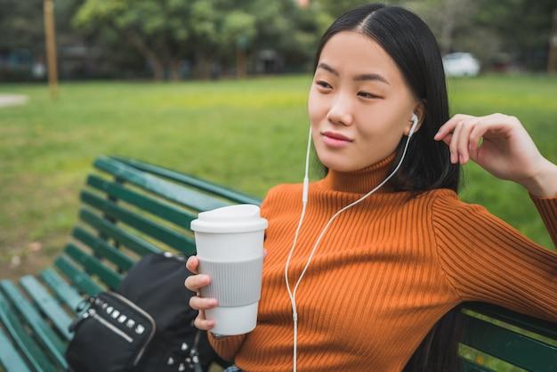 Femme Asiatique, écouter Musique. Photo Premium