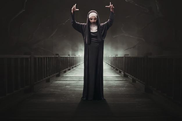 Femme asiatique effrayante diable nonne Photo Premium