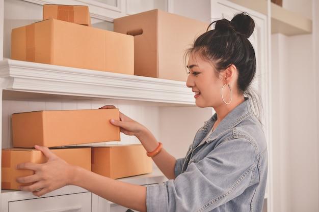 Femme asiatique emballant leurs colis Photo Premium