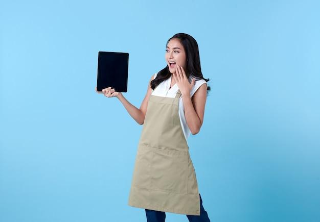 Femme Asiatique Entrepreneur à L'aide D'un Ordinateur Tablette Sur Bleu. Photo gratuit