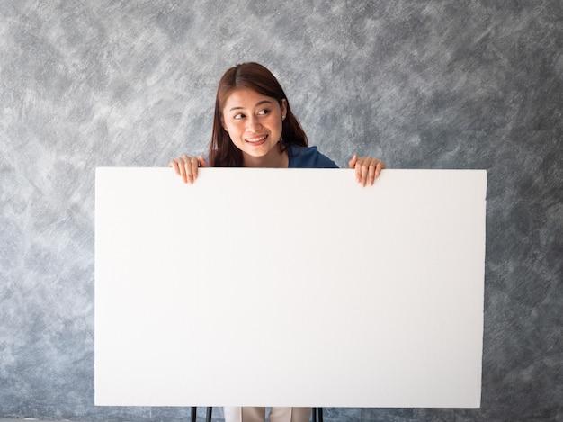 Femme asiatique avec espace copie bannière blanche Photo Premium