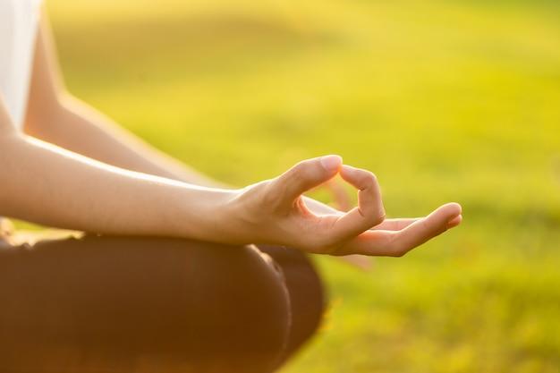 Femme Asiatique, Faire, Yoga, Exercices, Dans Parc Photo Premium