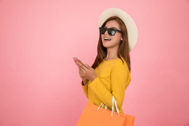 Femme asiatique font du shopping en été vêtements décontractés robe jaune Photo Premium
