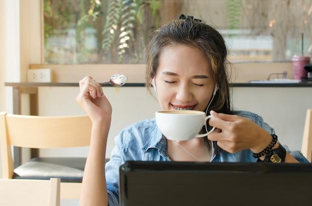 Femme asiatique heureuse au café. concept d'entreprise. Photo Premium