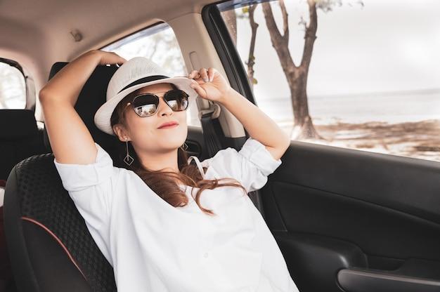 Femme asiatique heureuse détendue sur les vacances de voyage roadtrip Photo Premium