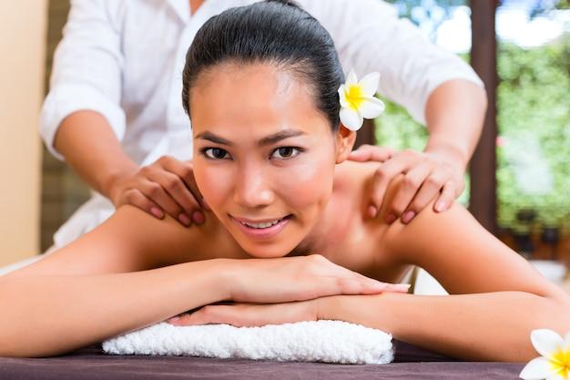Femme asiatique indonésienne dans le spa de bien-être Photo Premium