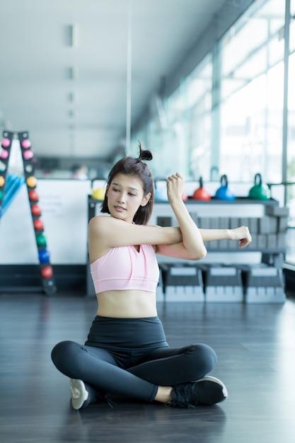 Femme asiatique jouer fitness dans le gymnase Photo gratuit