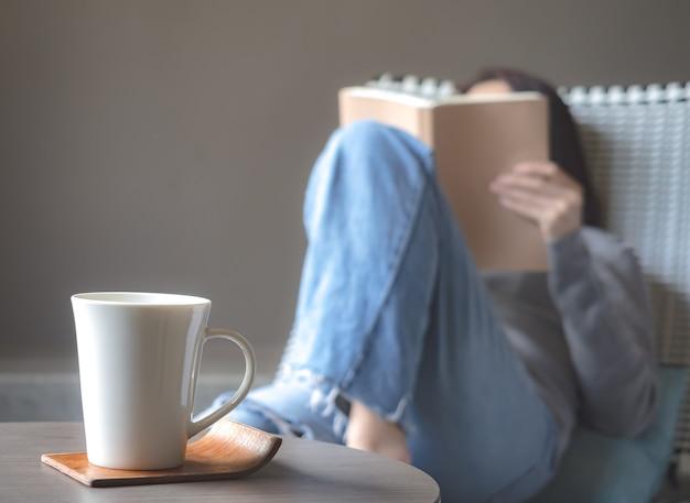 Femme Asiatique, Lecture Livre, Chaise Photo Premium