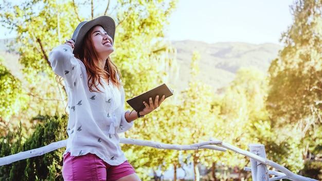 Femme asiatique avec un livre Photo Premium
