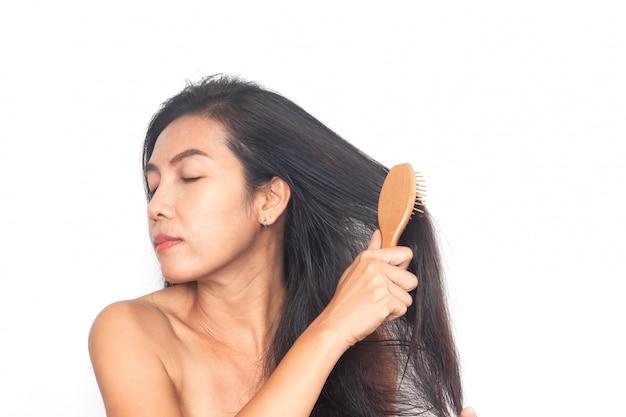 Femme Asiatique Longs Cheveux Noirs Sur Fond Blanc. Santé Et Chirurgie Photo Premium