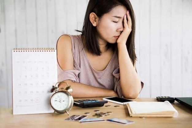 Femme asiatique pas d'argent pour paiement par carte de crédit Photo Premium