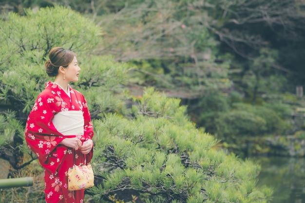 Femme asiatique portant un kimono au japon Photo Premium