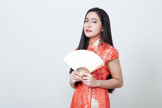 Femme asiatique portant une robe rouge au nouvel an chinois Photo Premium