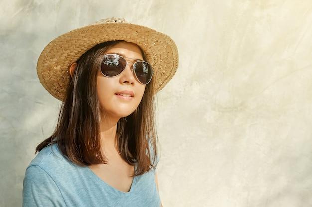 100% authentique style exquis Royaume-Uni disponibilité Femme asiatique porte un chapeau, lunettes de soleil et ...