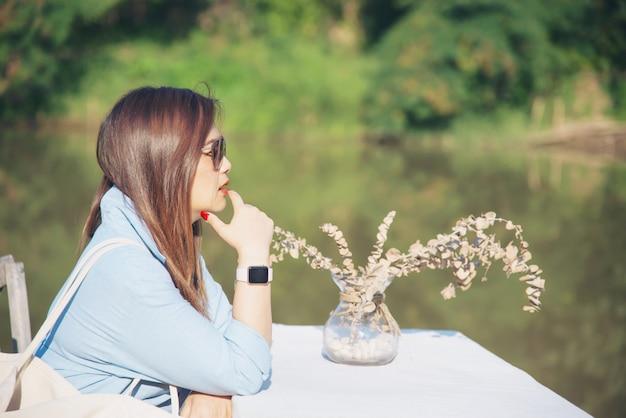 Femme asiatique portrait en plein air Photo gratuit