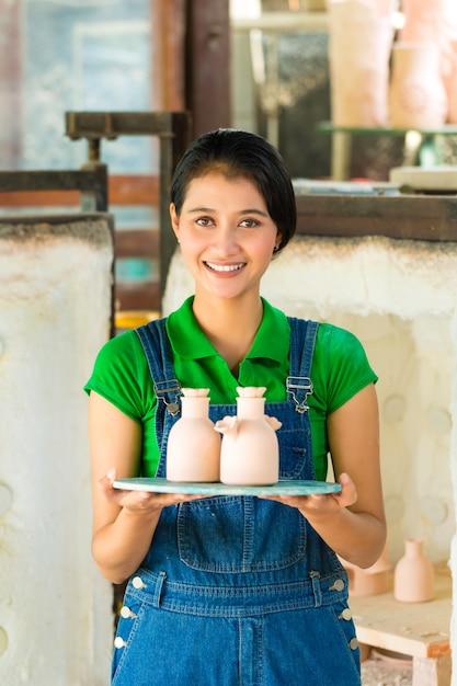Femme asiatique avec poterie fait main Photo Premium