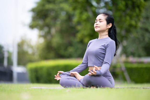 Femme Asiatique, Pratiquer, Yoga, Dans, Jardin Photo Premium