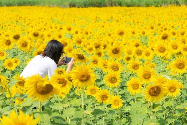 Femme asiatique prendre photo smartphone. Photo Premium