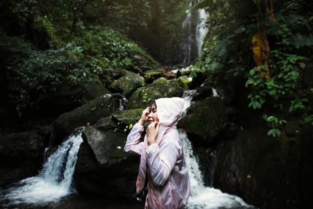 Femme asiatique profitant d'un voyage en plein air Photo gratuit