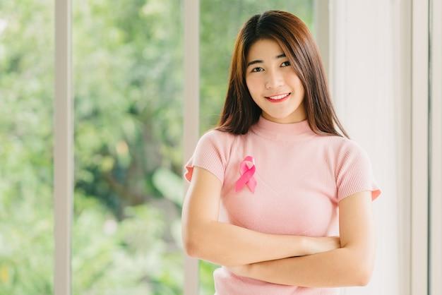 Femme asiatique avec ruban de sensibilisation pour le cancer du sein rose Photo Premium