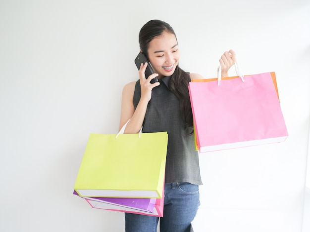 Femme asiatique avec sac à provisions dans le salon Photo Premium