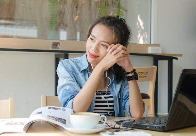 Femme asiatique se détendre dans un café. concept d'entreprise. Photo Premium